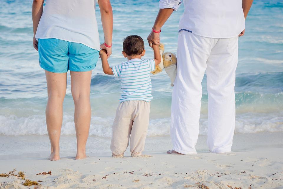 Genitori sotto l'ombrellone: 3 regole per una vacanza rilassante